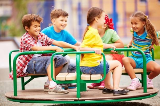 criancas-brincando-e-rindo-com-o-carrossel_1098-4055.jpg